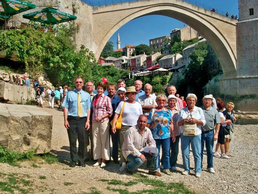 Reisegruppe von Eberhardt vor der Alten Brücke